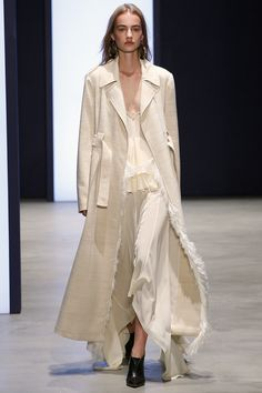 Derek Lam Spring 2016 Ready-to-Wear Fashion Show - Lineisy Montero Runway Fashion, High Fashion, Fashion Show, V Neck Dress, The Dress, Lovely Dresses, Beautiful Outfits, Spring Summer 2016, Spring Summer Fashion