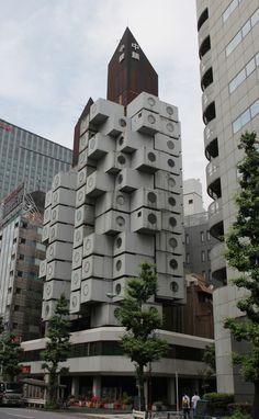 建築家の黒川紀章です。1972年竣工で、60年代の建築運動(メタボリズム)を体現した建物として知られています。