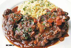 Ossobuco alla Milanese met risotto. Dit is het origineel Italiaans recept ervan, tis ff beetje werk maar overheerlijk! Vraag de slager om ze in stukken van zo'n 3-4 cm dik te zagen. Let er op dat er goed wat vlees om het bot zit.