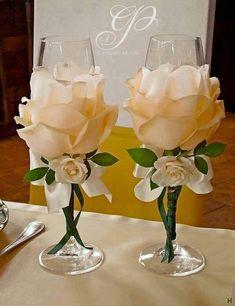 Uno de los momentos más esperados en una boda, es el brindis de la nueva pareja de esposos, hagamos que ese brindis sea personalizado ocupándonos de los detalles como lo es la decoraciónde las copas. En este tutorialte muestro la forma másfácil de decorar unas copasde boda. Materiales: Rosas artificiales en color blanco o beige …