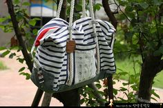 [upcycle] Jeans to travel bag     http://atelier-idealite.blogspot.com/2011/12/diy-jeans-to-travel-bag.html
