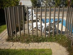 Rejas para piscinas Mid Century Landscaping, Bamboo Fence, Pool Fence, Plunge Pool, Fence Gate, Pool Houses, Pool Designs, Screens, Gates