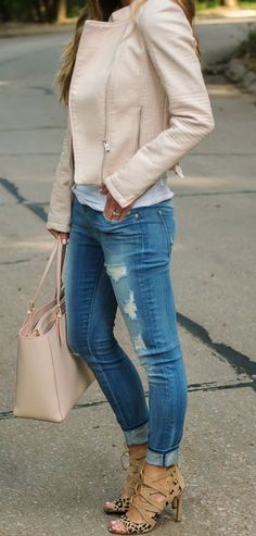 Cream leather jacket with fitting tote bag, denim and heels Cream Leather Jacket, Leather Jacket Outfits, Cream Jacket Outfit, Pink Leather, Leather Jackets, Look Fashion, Fashion Outfits, Fashion Trends, Fall Fashion