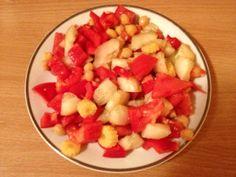 SOLATA S ČIČERIKO – Sestavine: * 1 paradižnik * 1/2 paprike * 1/2 kumare * 3 stožci male vložene koruze * 2 žlici vložene čičerike * himalajska sol * gorčično olje.