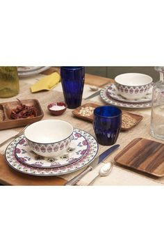 Great dinner party look! Wood mixed with porcelain.