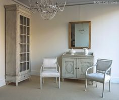 Vitrine with Gustavian armchairs and cabinet with trompe l'oeil laurel wreaths. Pale and definitely very Swedish in this corner.