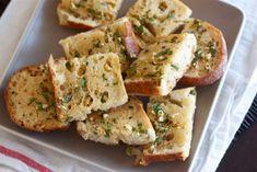Chlebíček s česnekem a sýrem vybrán z trouby je to nejlepší předkrm či jednohubka, za které si od hostů určitě vysloužíte pochvalu. Příprava je rychlá a jednoduchá, takže ani nečekaná návštěva nezůstane hladová. Pokud budete tento recept zkoušet, určitě připravte více, než je běžná porce. Chleb