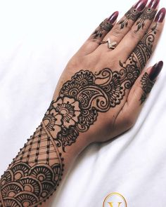 Finally a bedsheet that is not my dark blue bedsheet. I shall go to bed now that I feel better with henna on my hands. Contact me for appointments! essentialhenna@gmail.com www.facebook.com/essentialhennabyv 785-409-7365 #essentialhennabyv #henna #mehandi #mehndi #love #design #local #beautiful #photooftheday #essentialhenna #topeka #awesome #l4l #darkstain #art #instaart #instagood #Daily #shahmendhi #instaworthy #l4l #selftaught #artist