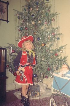 I recall having the Cow girl outfit almost just like this one at about this age! Every kid was a cowboy or cowgirl in the Our favorite shows were Roy Rogers, Hopalong Cassidy, and Sky King, and our favorite movies were all Westerns! Vintage Christmas Photos, Retro Christmas, Vintage Holiday, Vintage Photos, Xmas Photos, Cowboy Christmas, Holiday Images, Christmas Pictures, Vintage Photographs