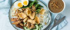 Verschillende knapperige groenten met ei, rijst en een heerlijke pindasaus en kroepoek uiteraard!