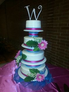 Malibu blue and pink wedding cake with daisies