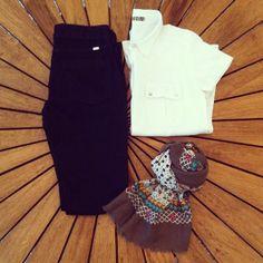 Nós amamos um look como esse, clássico e elegante!  Camisa linho branca mga curta + Calça jeans reta no wash + Lenço/Encharpe estampa florzinhas