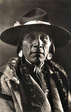 1923 Siksika Chief Turtle wearing capote and felt hat . - 1923 Siksika Chief Turtle wearing capote and felt hat . Native American Pictures, Native American Beauty, Native American Tribes, American Indian Art, Native American History, American Indians, Karl Marx, Native Indian, Before Us