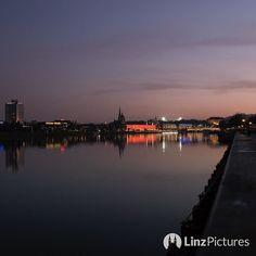 #nightout  . . . . . #linz #igerslinz #riverdanube #donau #linzpictures #linzer #sky #skyporn #spring #red #mood #instadaily #westcoast #upperaustria #oberösterreich #skyline #urfahr #training #running #marathontraining #trainhard #lowcarb