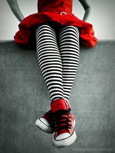 . Foto Fashion, Kids Fashion, Sweet Fashion, Dress Fashion, Red Color, Color Pop, Red Chucks, Es Der Clown, Pantyhosed Legs