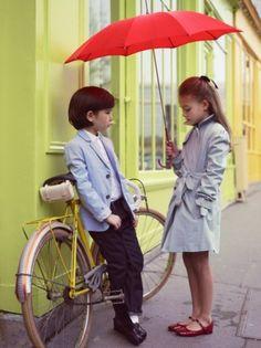 futuros ciclistas con gabardina