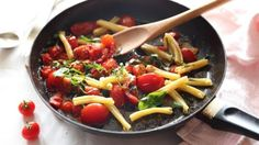 "In Neapolitan dialect, ""sciue sciue"" means ""hurry, hurry"", relating to something done on the run. In summer pasta sciue sciue (say it . Pastas Recipes, Veggie Recipes, Cooking Recipes, Healthy Recipes, Veggie Meals, What's Cooking, Summer Pasta Recipes, Summer Tomato, Pasta Dishes"