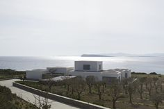 Paros House is a minimal home located in Paros, Greece, designed by John Pawson. Sustainable Architecture, Architecture Details, Modern Architecture, Ancient Architecture, John Pawson, Caribbean Homes, Paris Home, Greek House, Minimal Home