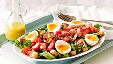 Ruokaisa ranskalainen maalaissalaaatti krutonkeineen on salaattien klassikkoja. Kokeile keitettyjen munien sijaan myös uppomunia. Salad Recipes, Snack Recipes, Cooking Recipes, Lunches And Dinners, Meals, Different Salads, Salty Foods, Getting Hungry, I Love Food