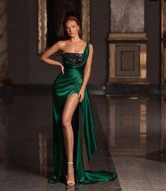 Formal Dresses For Women, Elegant Dresses, Beautiful Dresses, Classy Wedding Dress, Classy Dress, Gala Dresses, Evening Dresses, Classy Evening Gowns, Emerald Green Evening Dress