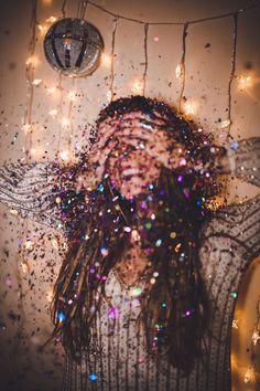 Made of glitter ᵁᴺᴬᴾᴼᴸᴼᴳᴱᵀᴵᶜ ᴰᴱᴱ - photography inspiration - Photographie Glitter Photography, Tumblr Photography, Portrait Photography, Motion Photography, Perspective Photography, Business Portrait, Foto Shoot, Foto Pose, Glitter Fotografie
