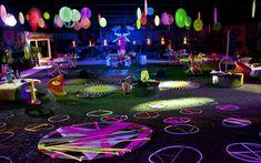 A área externa é toda decorada em tons de neon para receber a primeira festa do BBB13