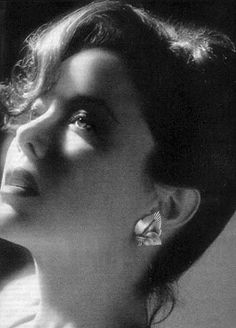 Annette Benning, Golden Globe Award, American Actress, Diamond Earrings, Classy, Actresses, Black And White, Beauty, Beautiful