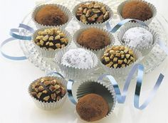 Easy Chocolate Truffle recipe from Hershey's - these truffles seriously melt in the mouth. They are heavenly. Hershey Recipes, Candy Recipes, Baking Recipes, Snack Recipes, Dessert Recipes, Baking Ideas, Holiday Recipes, Chocolate Hershey, Chocolate Shake