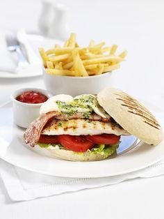 Hähnchen-Burger mit Büffelmozzarella und Bacon | Zeit: 40 Min. | http://eatsmarter.de/rezepte/haehnchen-burger-1