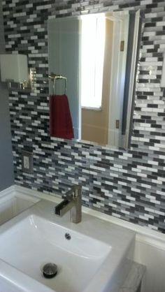 """""""J'ai mis des Smart Tiles comme faience dans la salle de bain. Je n'ai pris que quelques heures pour compléter la pose avec un cutter et une planche à couper de la cuisine. J'aurais pris trois fois plus de temps avec tous les instruments de coupe pour le carrelage de céramique."""" Modèle: Murano Metallik.                                                                                                                                                      Plus"""