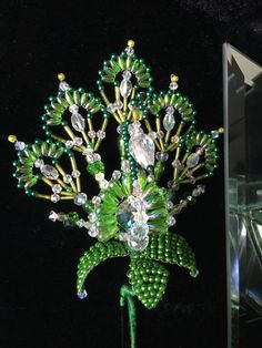 Hermoso tembleque imagen de  pava Diy Jewelry, Beaded Jewelry, Flower Girl Basket, Beading Projects, Bracelet Tutorial, Beaded Flowers, Decorative Items, Diy And Crafts, Christmas Crafts