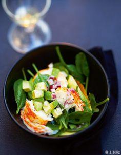 Recette Salade de langouste tiède : La veille, mettez les queues de langouste à décongeler. Le lendemain, décortiquez-les, coupez la chair en morceaux et fa...