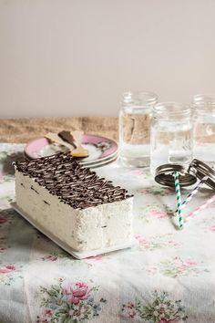 La tradicional tarta Comtessa helada hecha en casa, con helado de nata y láminas de chocolate. Receta paso a paso con fotos.