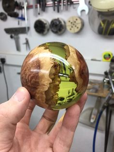 Made by George Watkins Harz und Holz Hybrid sphere. Made by George Watkins. Resin Crafts, Wood Crafts, Diy And Crafts, Small Wood Projects, Wood Turning Projects, Wood Turning Lathe, Wood Lathe, Learn Woodworking, Woodworking Projects