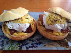 Hamburger, Bacon, Sandwiches, Breakfast, Ethnic Recipes, Crowd, Drink, Morning Coffee, Beverage