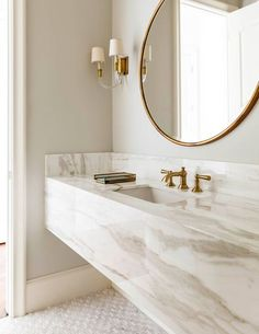 White and gold bathroom with marble floating vanity. Chic bathroom boasts a grey and white marble floating vanity sink, suspended over a marble mosaic . Chic Bathrooms, Bathroom Inspiration, Bathroom Design Luxury, Small Bathroom, Gold Bathroom, Bathroom Decor, Modern Luxury Bathroom, Interior, Bathroom Vanity Style