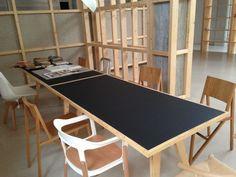 La zona central se puede compartimentar con paneles móviles para dotar al espacio de mayor intimidad. La mesa es un diseño de nuestro estudio, de la colección DISEÑO ANÓNIMO