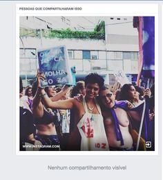 Lucia (à dir.) e uma amiga na marcha do último dia 8 de março, em São Paulo. A imagem foi censurada. (Foto: Reprodução)