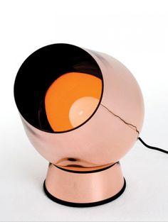 OPLICHTEN Of beter gezegd uplighting, is zoveel als het licht naar boven laten schijnen. Dit zorgt voor een ruimtelijk effect. Je kunt dit doen met stalampen, maar ook dit soort vloerlampen doen de truc.