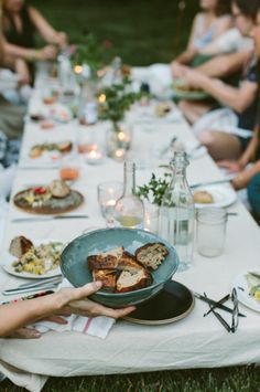 Lage tafel in de tuin, kussens, kaarsjes