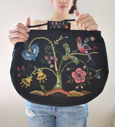 embroidered bag luv it! Diy Bags Purses, Cute Purses, Felted Wool Crafts, Unique Purses, Embroidered Bag, Fabric Bags, Wool Applique, Vintage Purses, Handmade Bags