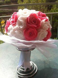 Ramo de fieltro: Rosas y flores blancas
