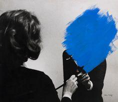 Pintura habitada(Peinture habitée), 1975.  Considérée comme l'une des plus grandes artistes contemporaines portugaises, bien que peu connue en France, Helena Almeida s'est imposée comme l'une des figures majeures duperformance artet de l'art conceptuel dès les années 70.  Photographie, dessin, peinture, vidéo…Le travail d'Almeida est aussi riche que complexe. En mélangeant les genres, elle met en place un code artistique à la fois universel et personnel : son corps devient un corps…
