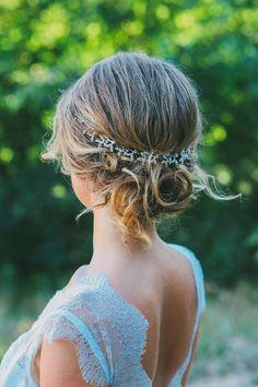 Ein blaues Brautkleid kombiniert mit einem Haarknoten  Fotografie: Adela Dupetit Brautkleid: Qaragma Hair & Make-Up: Stella Loewnich