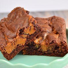Heerlijke smeuïge karamel brownies zijn niet te weerstaan. Deze dus ook niet! Ik deel het recept met jullie zodat je zelf ook kunt genieten van de brownies!