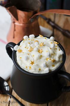 This Butterbeer Hot Chocolate is actually magical. More potter party food menu recipe 23 Harry Potter-Inspired Treat Recipes to Get You Pumped for the Yule Ball Gateau Harry Potter, Harry Potter Food, Harry Potter Wedding, Harry Potter Theme, Harry Potter Recipes, Harry Potter Desserts, Harry Potter Drinks, Harry Potter Products, Harry Potter Adult Party