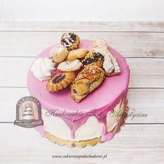 235BA Tort z różową polewą udekorowany ciasteczkami. Celebrating cake decorated with pink frosting and cookies.