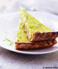 """Découvrez la préparation de la recette """"Tarte au citron vert"""" : Versez la farine avec le beurre, le sel, le sucre, les zeste de citron dans le bol d'un robot et mixez à grande vitesse jusqu'à ce que vous obteniez un mélange sableux. Ajoutez le rhum et le jus de citron, et mixez par à-coups... Lemon Desserts, Dessert Recipes, Desserts Fruits, French Food, Sweet Recipes, French Recipes, Yummy Recipes, Sweet Tooth, Food Photography"""
