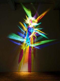 """坂井直樹の""""デザインの深読み"""": ライトペインティングは色の付いたガラスやミラーと光源で出来たアート。デジタルとは違ってシンプルで光学的かつ物理的だ。実に繊細に作られて美しい!"""