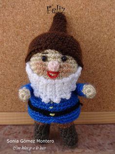 Blancanieves huyendo de su madrastra encontró en el bosque una casita muy pequeñita. Dentrohabíauna mesita con 7 silllitas, también... Crochet Hats, Christmas Ornaments, Holiday Decor, Vip, Farmhouse Rugs, Snow White, Crochet Dolls, Smurfs, Female Dwarf